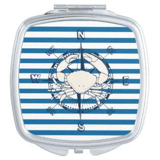 船のコンパスおよびカニ青および白のストライプ