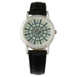 船の舵輪の木製の車輪の航海のな船員のティール(緑がかった色)の古い地図 腕時計