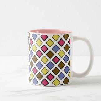 色の幾何学的な斜めのタイルのピンク ツートーンマグカップ