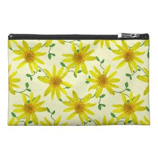 色の植物の黄色いArnicaの野生の花 トラベルアクセサリーバッグ