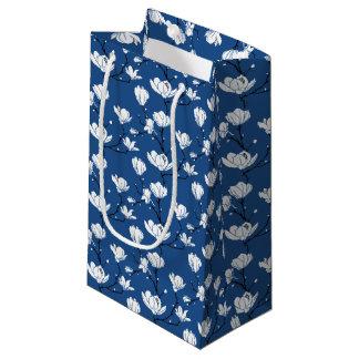 色の背景の白いマグノリアの花 スモールペーパーバッグ