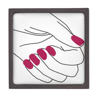 色彩の鮮やかなネイルを持つ女性の手 ギフトボックス