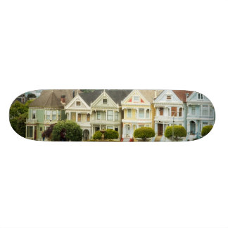 色彩の鮮やかな女性、ビクトリアンな家およびスカイライン 18.4CM ミニスケートボードデッキ