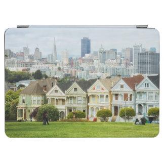 色彩の鮮やかな女性、ビクトリアンな家およびスカイライン iPad AIR カバー