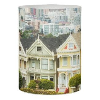 色彩の鮮やかな女性、ビクトリアンな家およびスカイライン LEDキャンドル