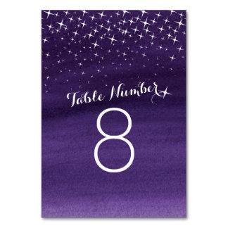 色彩の鮮やかな星の紫色の空の結婚式のテーブル数 カード