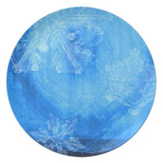 色彩の鮮やかな雪片の冬のディナー用大皿のデザイン プレート