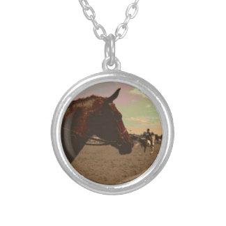 色彩の鮮やかな馬のネックレス シルバープレートネックレス