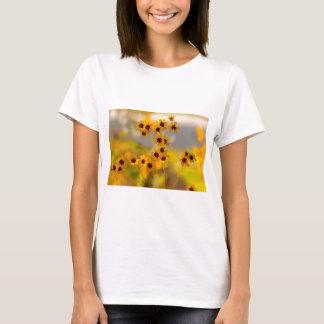 色彩の鮮やかなCoreopsisのtinctoriaの野生の花 Tシャツ