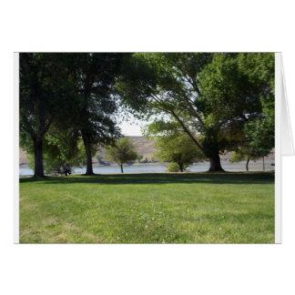 芝生が付いている湖による木 カード