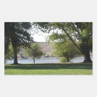 芝生が付いている湖による木 長方形シール