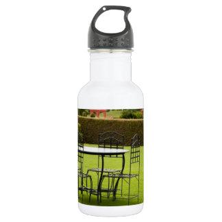 芝生でセットされるテーブル ウォーターボトル
