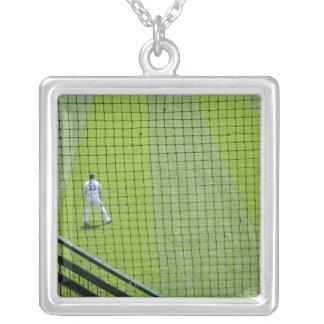 芝生の野球選手が付いている網 シルバープレートネックレス