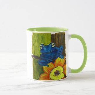 花およびツリーブランチでリラックスしている青いカエル マグカップ