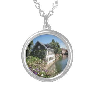 花および運河、フランスが付いている絵のような家 シルバープレートネックレス