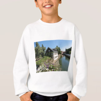 花および運河、フランスが付いている絵のような家 スウェットシャツ