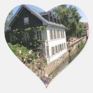 花および運河、フランスが付いている絵のような家 ハート形シールステッカー