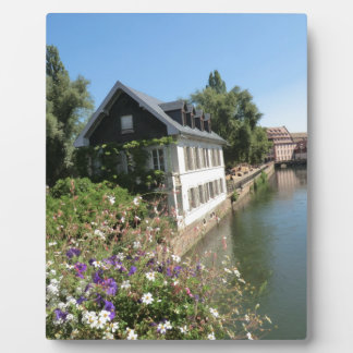 花および運河、フランスが付いている絵のような家 フォトプラーク