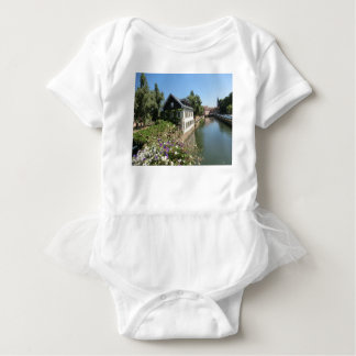 花および運河、フランスが付いている絵のような家 ベビーボディスーツ