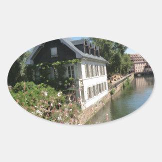 花および運河、フランスが付いている絵のような家 卵形シールステッカー