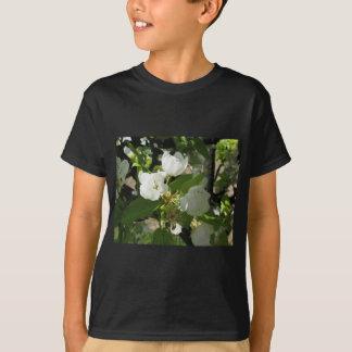 花が付いているナシのツリーブランチ Tシャツ