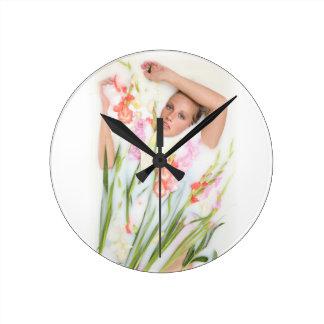 花が付いているミルクの女の子 ラウンド壁時計