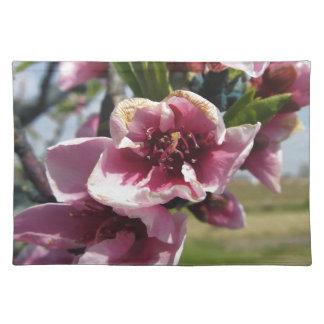花が付いているモモのツリーブランチ ランチョンマット