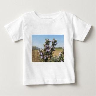 花が付いているローズマリーの植物 ベビーTシャツ