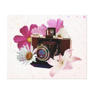 花が付いているヴィンテージのカメラ キャンバスプリント
