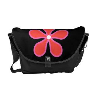 花が付いている黒いバッグ メッセンジャーバッグ