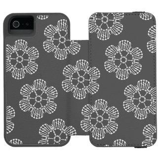 花のかぎ針編みの図表パターン(タイルを張られる黒い及び白) INCIPIO WATSON™ iPhone 5 ウォレット ケース