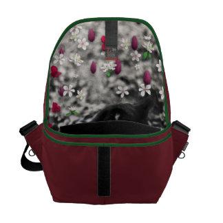 花のそばかすII -白黒タキシード猫 メッセンジャーバッグ