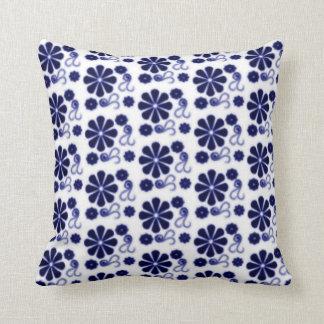 花のろうけつ染めの渦巻の枕 クッション