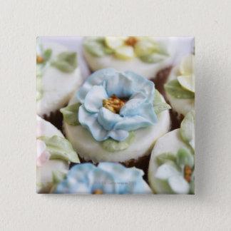 花のアイシングが付いているカップケーキ 5.1CM 正方形バッジ