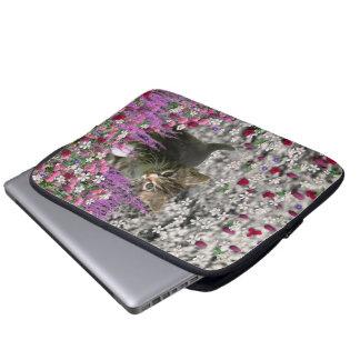 花のエマI -小さい灰色の子ネコ ラップトップスリーブ