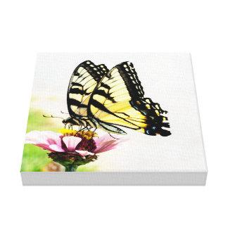 花のキャンバスを共有している蝶 キャンバスプリント