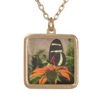 花のネックレスの蝶 ゴールドプレートネックレス