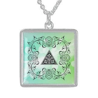 花のピラミッドが付いている華美でビクトリアンなフレーム! スターリングシルバーネックレス
