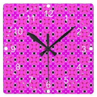 花のピンクのすみれ色のモダンなキルトの円の格子 スクエア壁時計