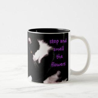 花のマグをストップ、かいで下さい ツートーンマグカップ