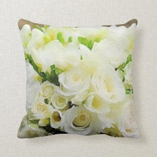 花の写実的で白く、クリーム色のバラ クッション
