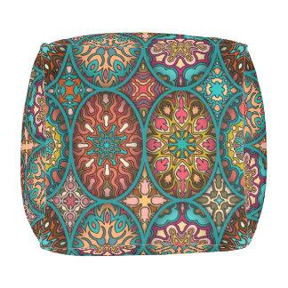 花の曼荼羅の要素が付いているヴィンテージのパッチワーク アウトドアプーフ