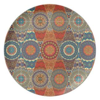 花の曼荼羅の要素が付いているヴィンテージのパッチワーク プレート