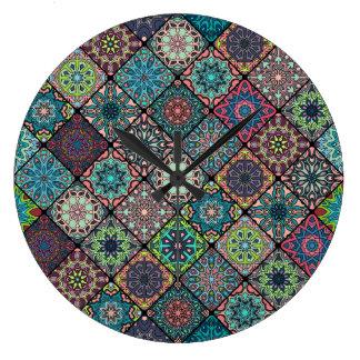 花の曼荼羅の要素が付いているヴィンテージのパッチワーク ラージ壁時計