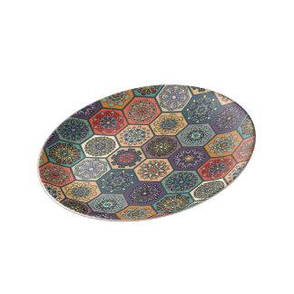 花の曼荼羅の要素が付いているヴィンテージのパッチワーク 磁器プレート