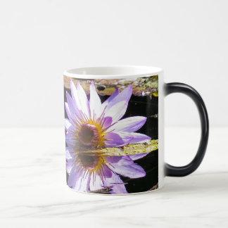花の紫色の《植物》スイレンの花 モーフィングマグカップ