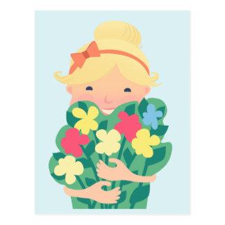 花の花束を持つ微笑の女の子 ポストカード