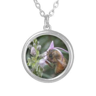 花の蜂 シルバープレートネックレス