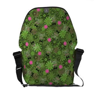花の迷彩柄の背景のガーリーなパンクのスカル メッセンジャーバッグ