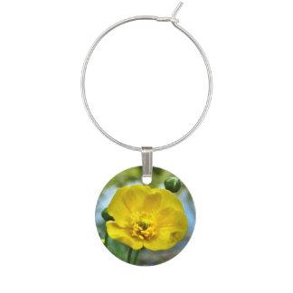 花の黄色いキンボウゲの花のワインチャーム ワインチャーム